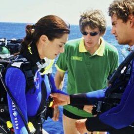 scuba-divers-prepare