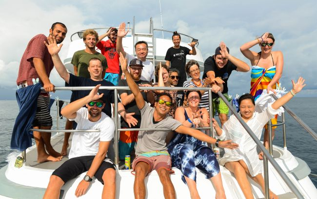 group photo liveaboard snorkelers Similans